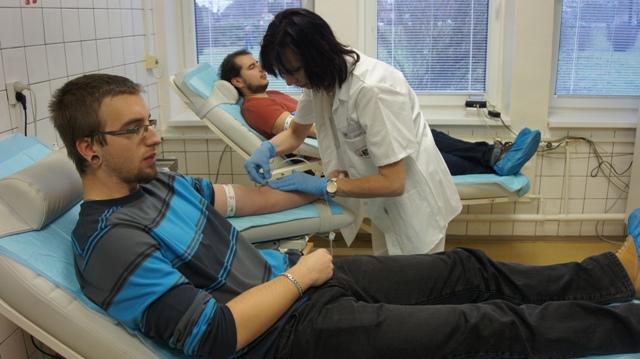 Valentínska kvapka krvi v Národnej transfúznej stanici v Nových Zámkoch 10. februára 2016. Na snímke krv prišli darovať študenti Strednej priemyselnej školy elektrotechnickej S. A. Jedlíka v Nových Zámkoch