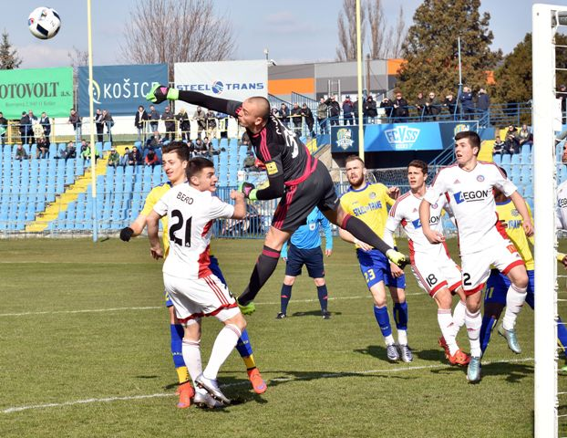 Na snímke v strede brankár AS Trenčín Adrián Chovan výráža strelu v zápase štvrťfinále 47. ročníka SP - Slovnaft Cup-u FC VSS Košice - AS Trenčín