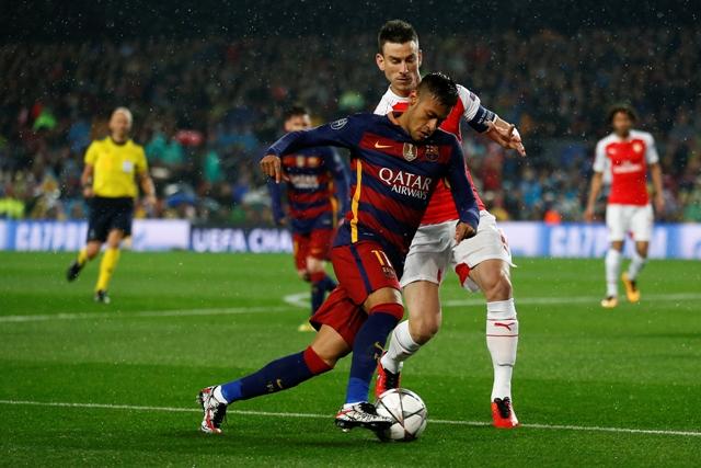 Hráč Arsenalu Laurent Koscielny (v strede) a hráč Barcelony Neymar (v popredí) v súboji o loptu v odvete osemfinále Ligy majstrov FC Barcelona - Arsenal Londýn