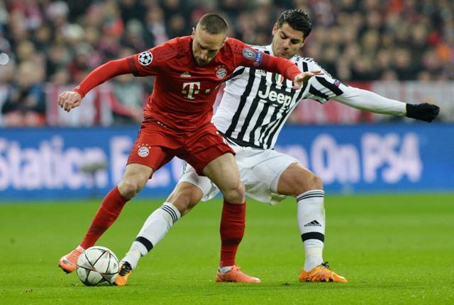 Na snímke vpravo hráč Juventusu Alvaro Morata, vľavo hráč Bayernu Franck Ribéry v odvetnom zápase osemfinále futbalovej Ligy majstrov Bayern Mníchov - Juventus Turín