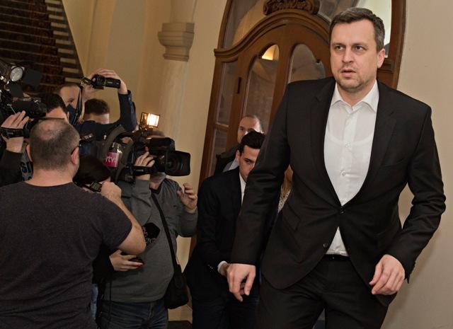 Na snímke vpravo predseda SNS Andrej Danko prichádza na rokovanie