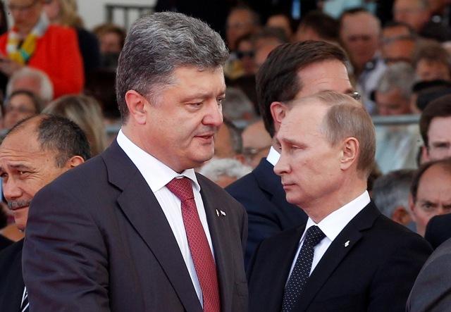Na snímke ukrajinský prezident Petro Porošenko (vľavo) a ruský prezident Vladimir Putin (vpravo)
