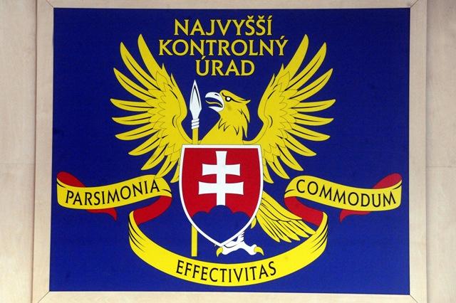 Na snímke logo NKÚ SR