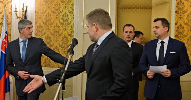 Na snímke uprostred v popredí predseda strany Smer-SD a premiér SR Robert Fico, vpravo predseda Slovenskej národnej strany (SNS) Andrej Danko, vľavo predseda strany Most-Híd Béla Bugár a v pozadí uprostred predseda strany #Sieť Radoslav Procházka