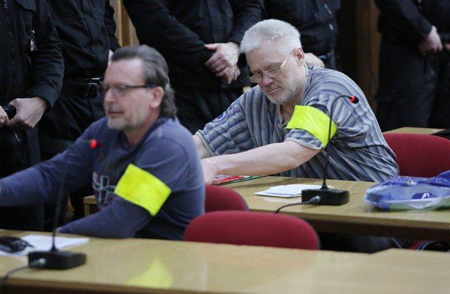 Na snímke zľava obžalovaní Róbert L. (prezývaný Kýbel) a Ivan C. (prezývaný Vinco-Vincko) na pojednávaní v Ústave na výkon väzby v Banskej Bystrici 18. marca 2016