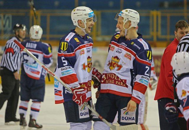 Na snímke Janis Andersons a Radovan Puliš (obaja Zvolen) sa radujú po piatom zápase štvrťfinále play off hokejovej Tipsport Ligy HKm Zvolen - HK Poprad
