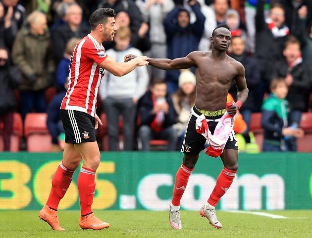 Futbalista Southamptonu Sadio Mane (vpravo) sa teší po strelení gólu v zápase 31. kola anglickej futbalovej Premier League  FC Southampton - FC Liverpool