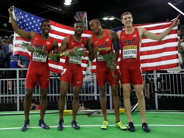 Na snímke víťazná americká štafeta mužov na 4x400 m v zložení, zľava Calvin Smith, Kyle Clemons, Vernon Norwood a Christopher Giesting oslavuje na 16. halových MS v atletike v americkom Portlande