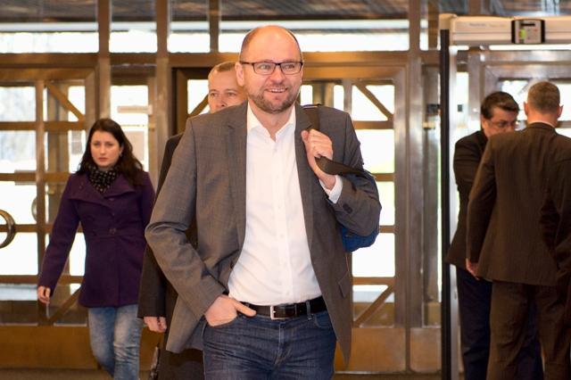 Na snímke predseda strany SaS Richard Sulík (uprostred)