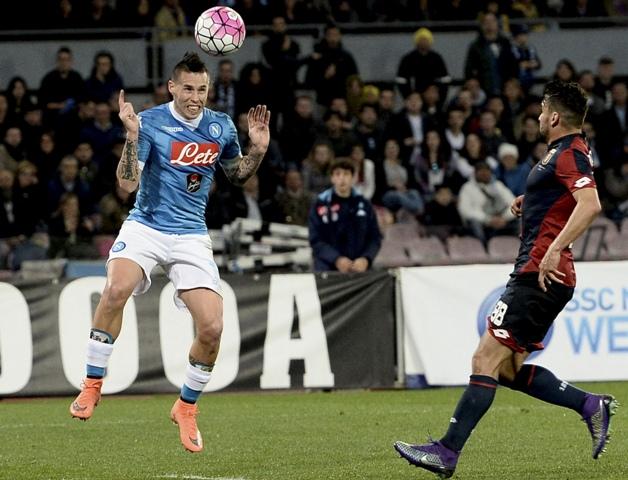 Hráč Neapola Marek Hamšík (vľavo) kontroluje loptu v zápase 30. kola talianskej futbalovej Serie A proti FC Janov