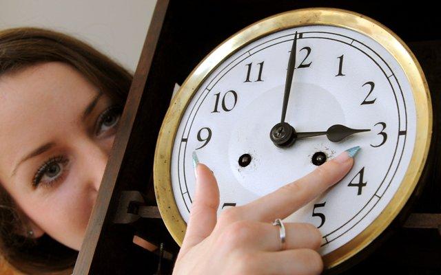 Od 27. marca 2016 začne na území Slovenska platiť letný čas. Ručičky hodiniek sa posunú o druhej hodine stredoeurópskeho času (SEČ) na tretiu hodinu letného času (SELČ)