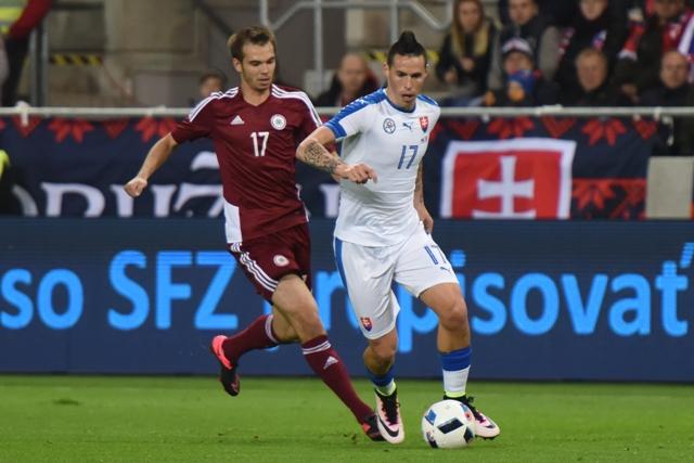 Na snímke vpravo hráč Slovenska Marek Hamšík a hráč Lotyšska Arturs Zjuzins v priateľskom zápase Slovensko - Lotyšsko