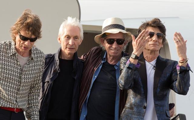 Členovia Rollings Stones zľava Mick Jagger, Charlie Wats, Keith Richards a Ron Wood mávajú ľudom po vystúpení z lietadla na havanskom letisku 24. marca 2016