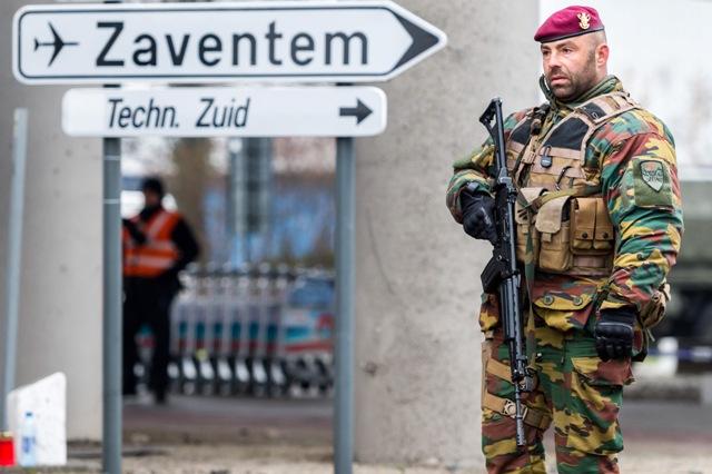 Belgický vojak  hliadkuje na bruselskom letisku Zaventem