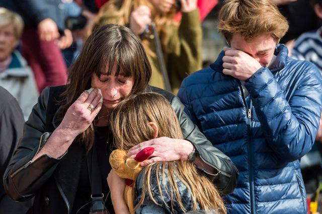 Ľudia plačú na námestí Place de la Bourse, kde prišli, aby si uctili pamiatku obetí teroristických útokov na hlavnom bruselskom letisku Zaventem a stanici metra Maelbeek, v centre Bruselu
