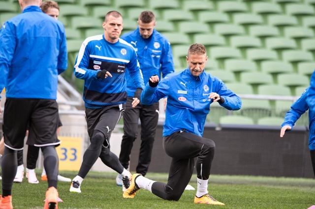 Na snímke vpravo v popredí Kornel Saláta a za ním Martin Škrtel  počas tréningu slovenskej futbalovej reprezentácie 28. marca 2016 v Dubline