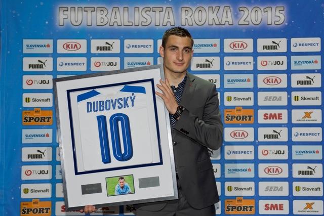 Na snímke Matúš Bero pózuje s cenou Petra Dubovského