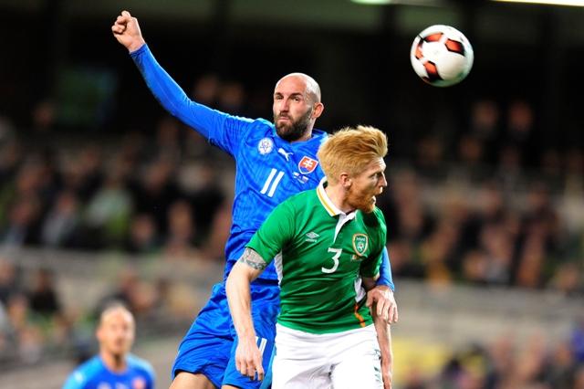 Na snímke vľavo Róbert Vittek (Slovensko) a vpravo Paul Mc Shhane (Írsko) počas prípravného futbalového stretnutia na EURO 2016 Írsko - Slovensko