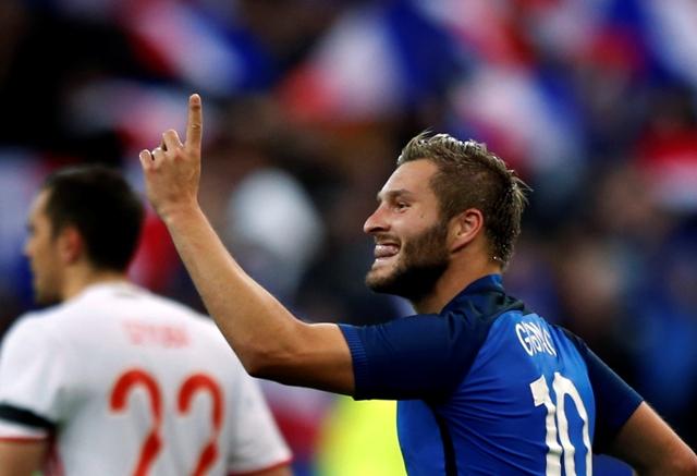 Na snímke francúzsky útočník André-Pierre Gignac oslavuje svoj gól v priateľskom futbalovom zápase Francúzsko - Rusko