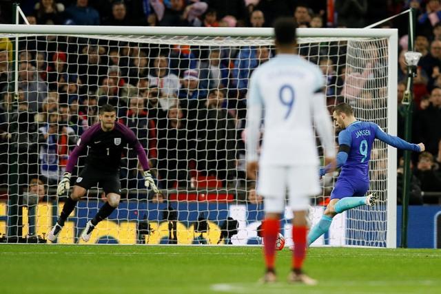 Na snímke vpravo holandský útočník Vincent Janssen premieňa pokutový kop, vľavo anglický brankár Fraser Forster v priateľskom zápase Anglicko - Holandsko