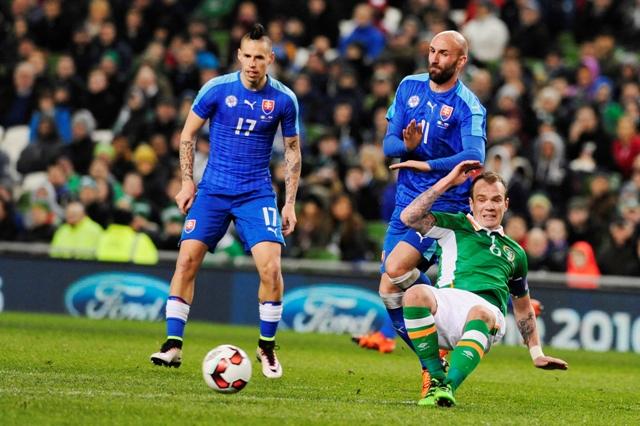 Na snímke sprava Glenn Whelan (Írsko), Róbert Vittek a Marek Hamšík (obaja Slovensko) počas prípravného futbalového stretnutia na EURO 2016 Írsko - Slovensko