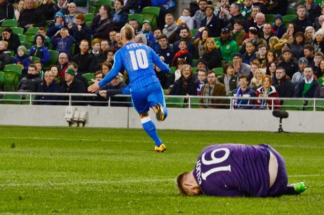 Na snímke vľavo radosť Miroslava Stocha (Slovensko) po strelení gólu, v popredí na zemi brankár Írska Rob Elliot v prípravnom futbalovom zápase Írsko - Slovensko
