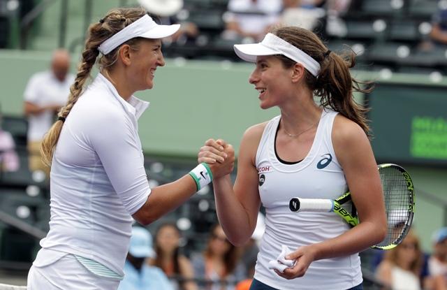 Na snímke bieloruská tenistka Victoria Azarenková (vľavo) a Britka Johanna Kontová si podávajú ruky po zápase štvrťfinále dvojhry na turnaji WTA v Miami