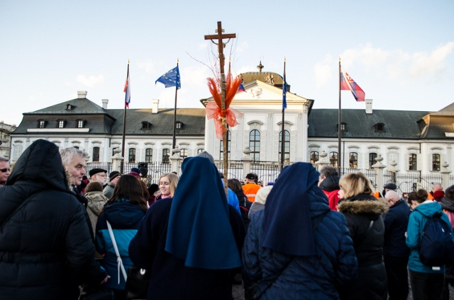 Na snímke verejné zhromaždenie na podporu prenasledovaných kresťanov a iných náboženských menšín vo svete pred Prezidentský palácom v Bratislave 3. marca 2015.