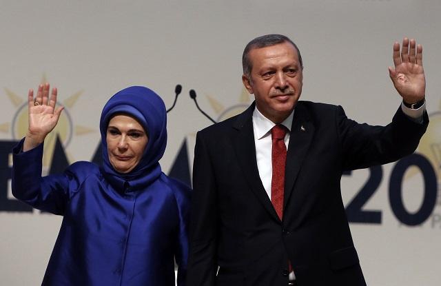 Na archívnej snímke Turecký prezident  Recep Tayyip Erdogan a jeho manželka Emine