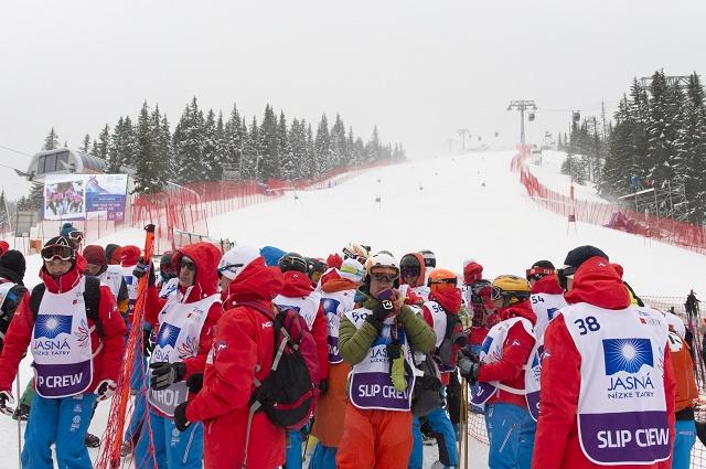 Na snímke silný nárazový vietor na šštarte obrovského slalomu v Jasnej (do 30m/s)