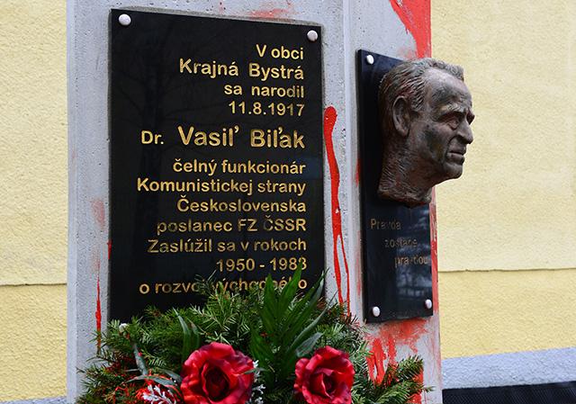 Pomník s bustou Vasiľa Biľaka pred obecným úradom v Krajnej Bystrej