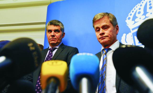 Šéf švédskej bezpečnostnej polície SAPO Anders Thornberg (vľavo) a švédsky hlavný vyšetrujúci prokurátor Thomas Lindstrand (vpravo) počas tlačovej konferencie v Štokholme