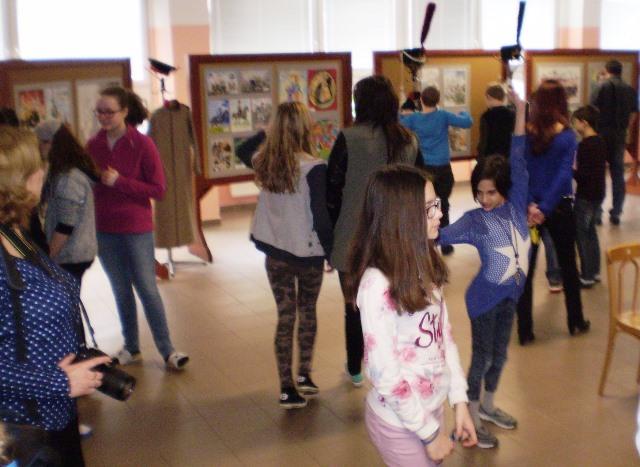 Na snímke žiaci a účastníci výstavy