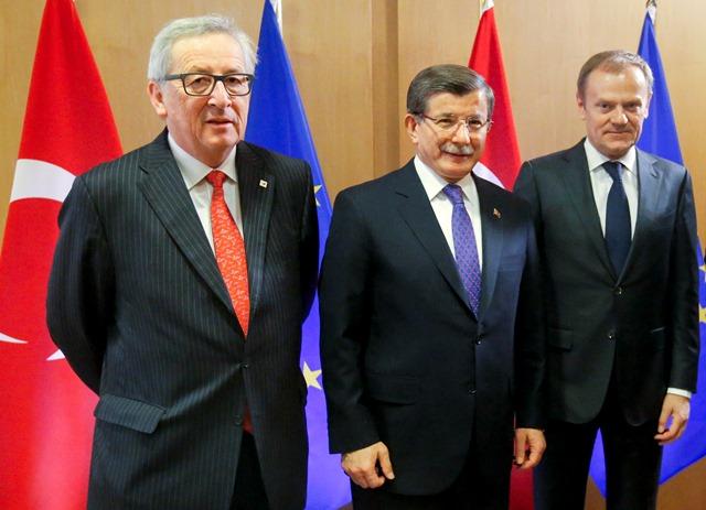 Na snímke turecký premiér  Ahmet Davutoglu (v strede) pózuje s predsedom Európskej komisie Jeanom-Claudeom Junckerom (vľavo) a predsedom Európskej rady Donaldom Tuskom (vpravo)