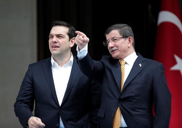 Na snímke turecký premiér Ahmet Davutoglu (vpravo) a grécky premiér Alexis Tsipras