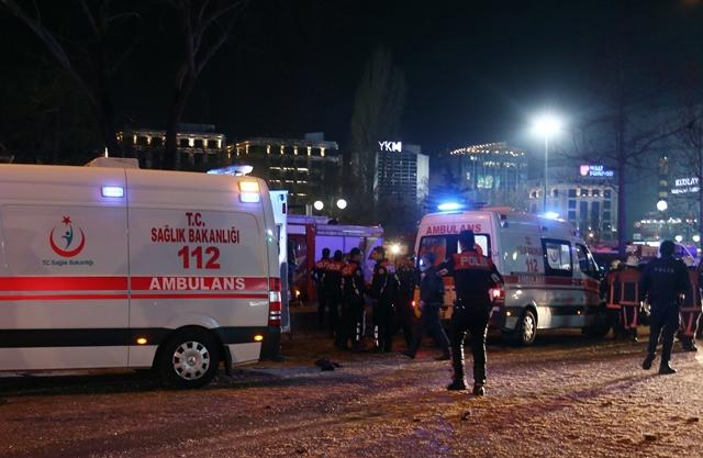 Na snímke záchranári odnášajú zranenú osobu z miesta bombového výbuchu