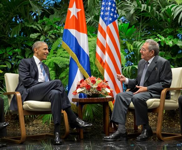 Na snímke americký prezident Barack Obama a kubánsky prezident Raul Castro