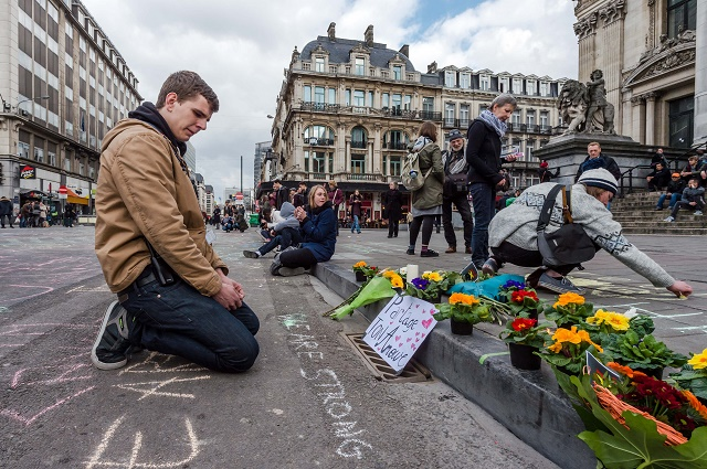 Mladík oplakáva smrť priateľky počas teroristických útokov v Bruseli