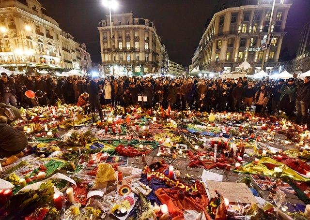 Na snímke ľudia prichádzajú na námestie Place de la Bourse uctiť si pamiatku obetí
