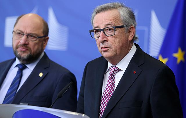 Na snímke vpravo predseda Európskej komisie Jean-Claude Juncker a vľavo predseda Európskeho parlamentu Martin Schulz