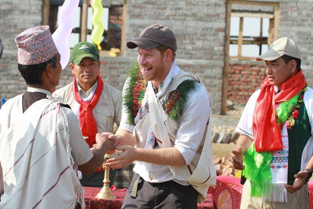 Na snímke z Národnej tlačovej agentúry Nepál britský princ Harry (v strede) počas návštevy nepálskeho mesta Lamjung