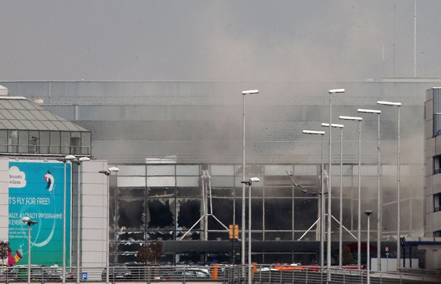 Na snímke dym stúpa z letiska Zaventem po riadenom výbuchu v Bruseli