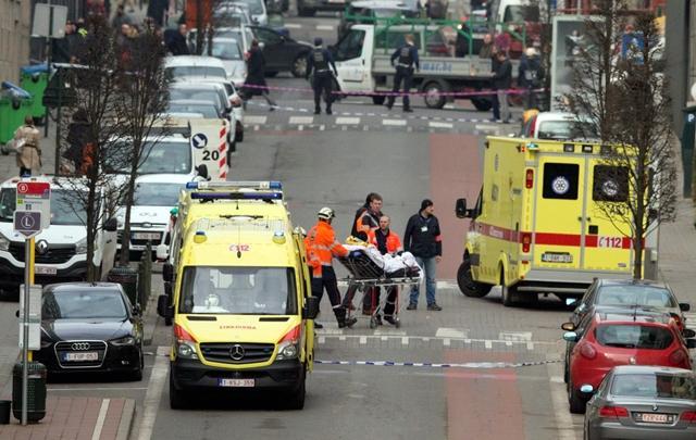 Na snímke záchranári evakuujú zranenú osobu po výbuchu v stanici metra