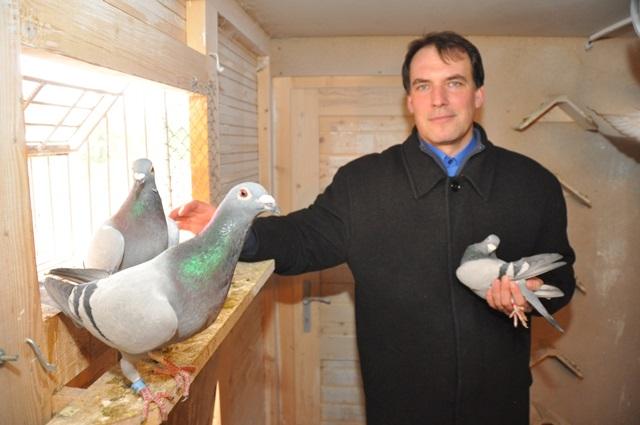 Na snímke Martin Dilong spolu so svojimi holubmi
