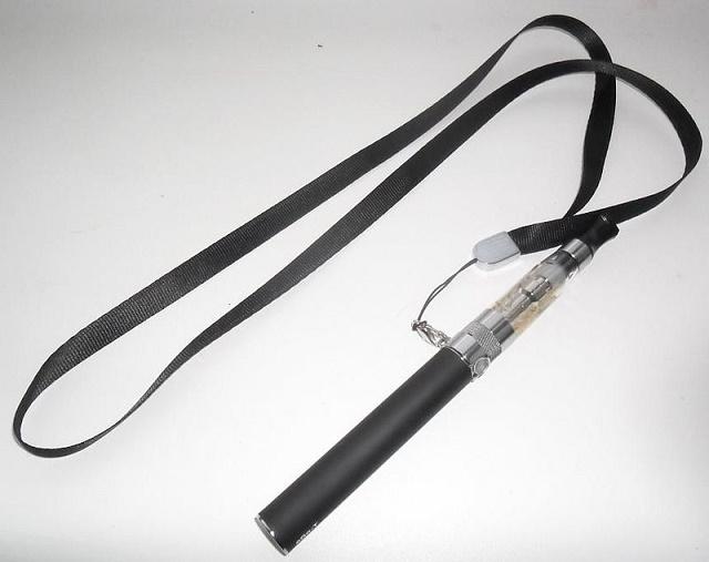 Elektronická cigareta (e-cigareta), ktorá sa dá prakticky zavesiť aj na krk