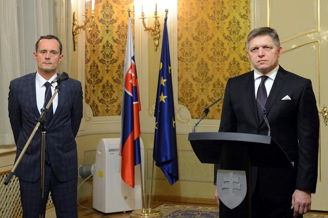 Na snímke vľavo predseda strany #Sieť Radoslav Procházka a vpravo predseda strany Smer-SD a premiér SR Robert Fico na brífingu p