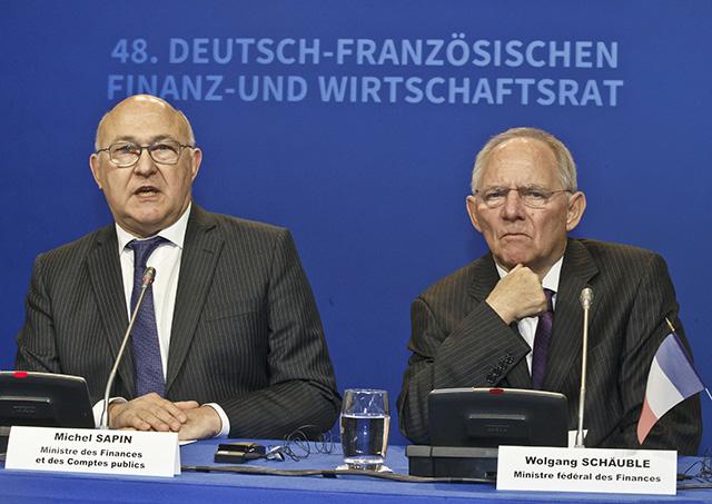 Francúzsky minister financií Michel Sapin (vľavo) a nemecký minister financií Wolfgang Schäuble