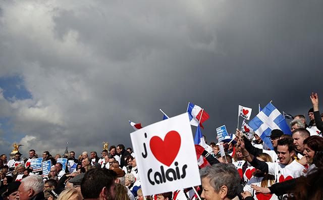protest obyvateľov Calais pred ministerstvom hospodárstva v Paríž