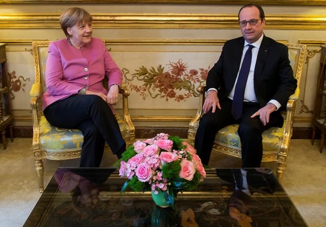 Na snímke francúzsky prezident Francois Hollande (vpravo) sa rozpráva s nemeckou kancelárkou Angelou Merkelovou