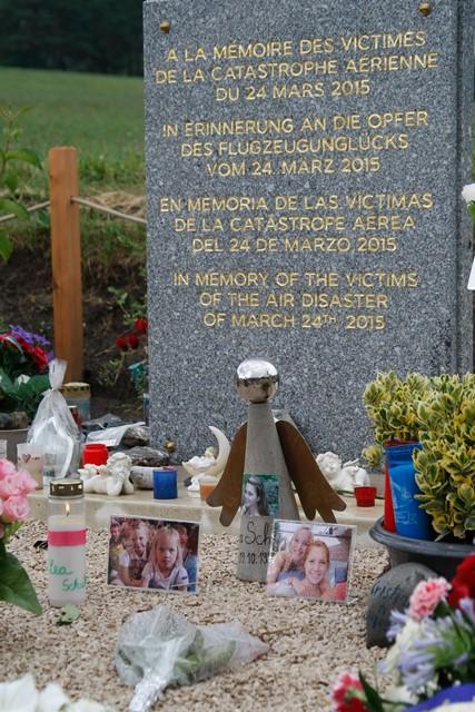 Na snímke sviečky horia pri fotografiách obetí pri pamätníku katastrofy lietadla Germanwings